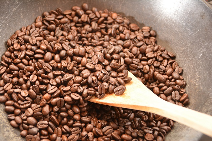 roasting-coffee-beans-on-friying-pan